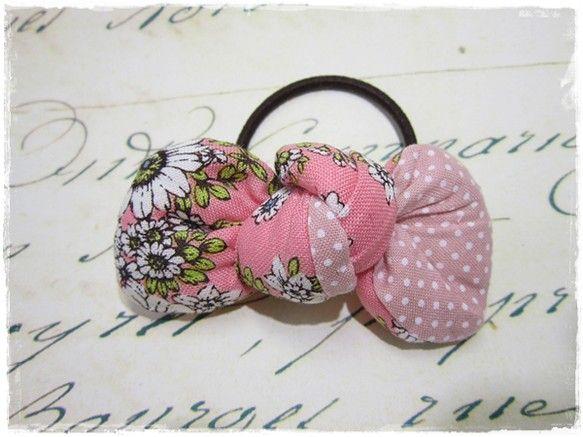 お花×水玉柄のリボンヘアゴムです。手首に付けても◎リボンサイズ:縦約3㎝×横約8㎝|ハンドメイド、手作り、手仕事品の通販・販売・購入ならCreema。