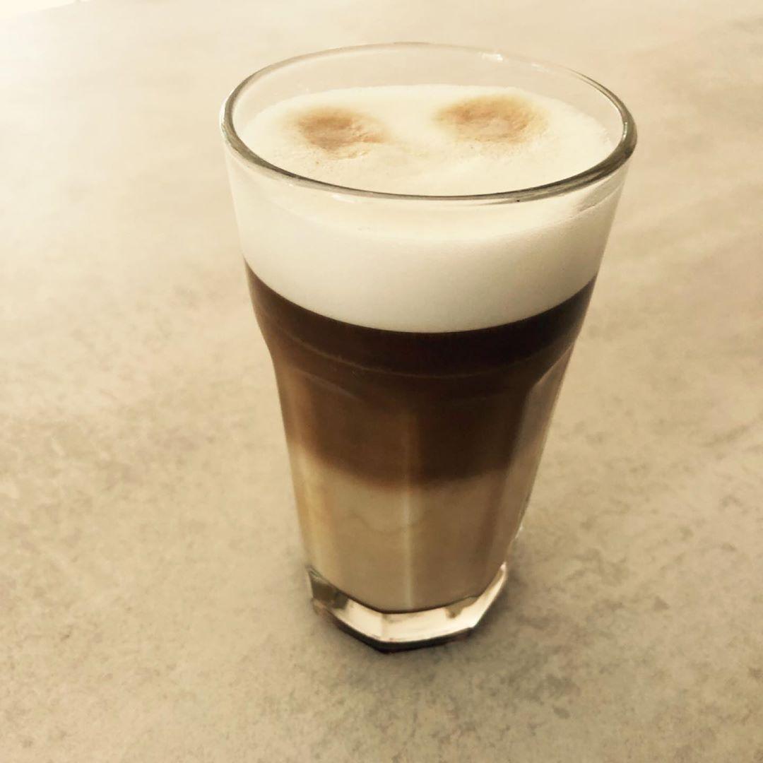???? Sonntag Nachmittag mit wird entspannt, bei einem Latte Macchiato mit Karamell. Wir wünschen allen ein schönes Wochenende . . #lecker #kaffeeliebe #lattemacchiato #karamell #sweet #sunday #weekend #relax #hafermilch #vegan #sonntagskaffee #kaffeetrinken  #beratung #hauskauf #maklerhamburg #finanzierung #darlehen #zinsbindung #Forwarddarlehen #baufinanzie #lattemacchiato