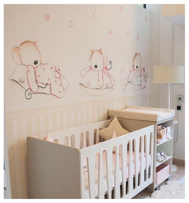 Cuna blanca y paredes decoradas con papel de ositos for Objetos decoracion habitacion bebe