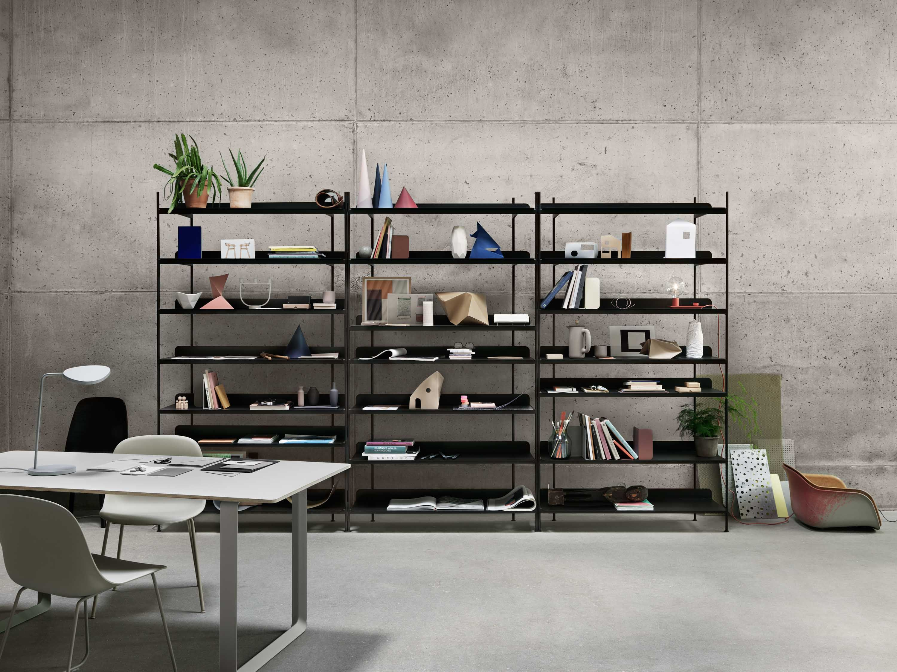Scandinavian Storage Inspiration From Muuto The Compile Shelving System Is A Simple Design That Allows For A Number Indretningsideer Hylde Indretningsarkitekt