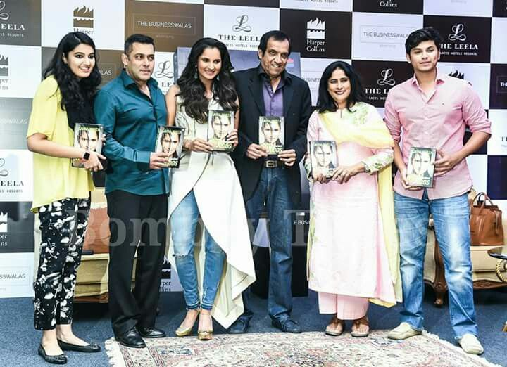 Salman Khan captured with @SaniaMirza and her family at
