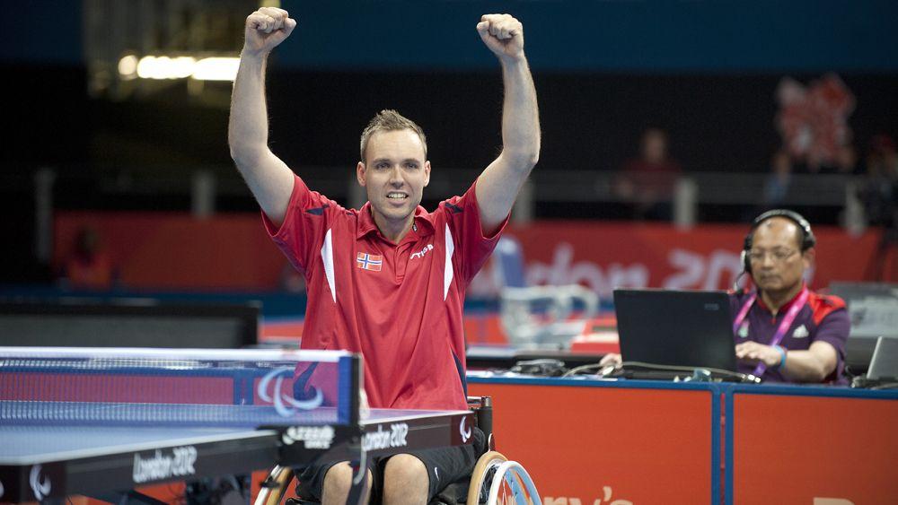 Tommy Urhaug (32) slo tilbake fra tap i første sett og beseiret kineseren Cao Ningning 3-1 i bordtennisfinalen i Paralympics søndag.