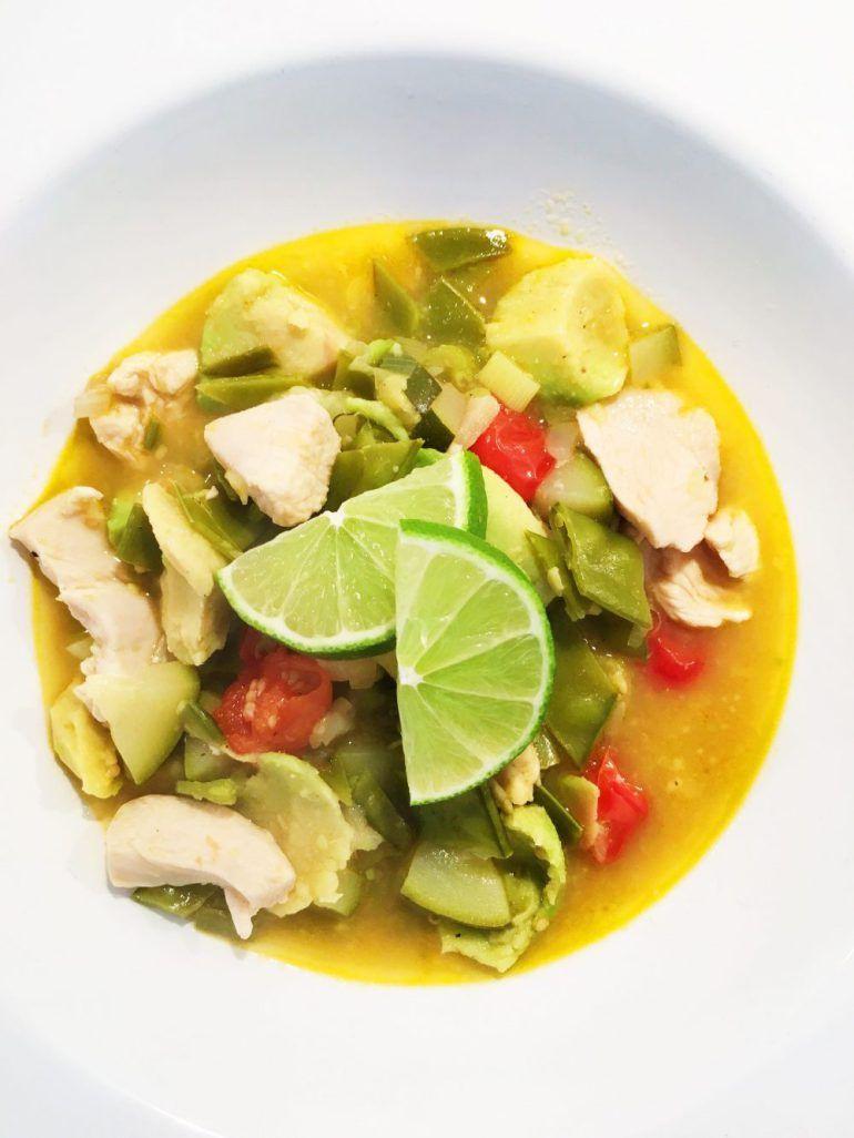 Hühnersuppe mit Avocado und Limette