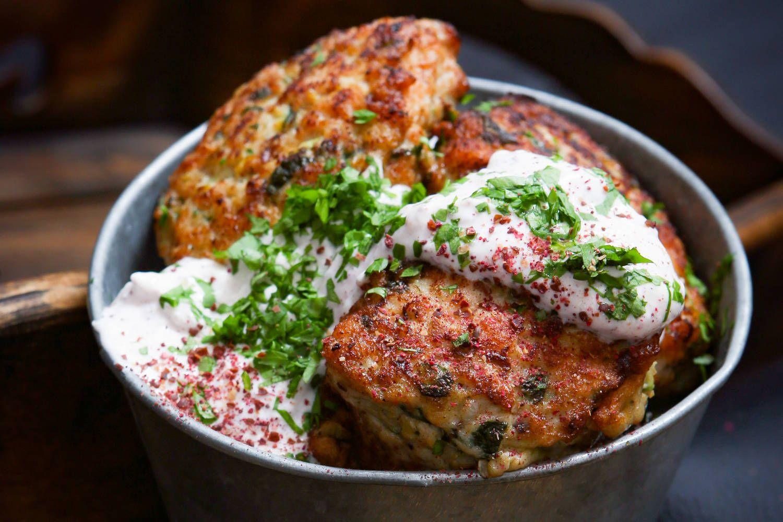 Broilerin jauhelihasta valmistetut pihvit saavat lisää mehevyyttä kesäkurpitsasta