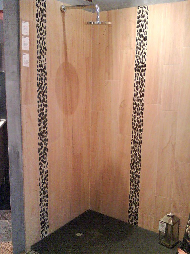 Frise en galets sur le mur de douche venez découvrir notre gamme de galets en