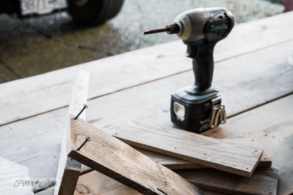 Start the screws / How to build a pallet wood crate / FunkJunkInteriors.net