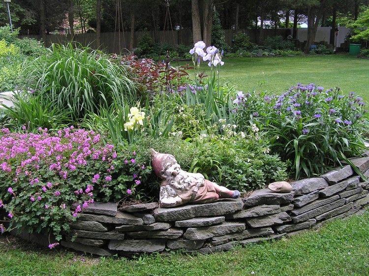 Hochbeet Aus Stein Gartenzwerg Graue Ziegel Blumen Pflanzen