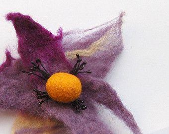 Vitlbloem broche, handgemaakte vilten bloem, paars tinten met oranje