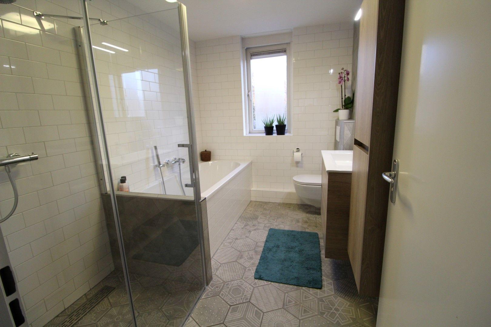 Loodgietersbedrijf Franck van Vliet- Woerden, badkamer met hexagon ...