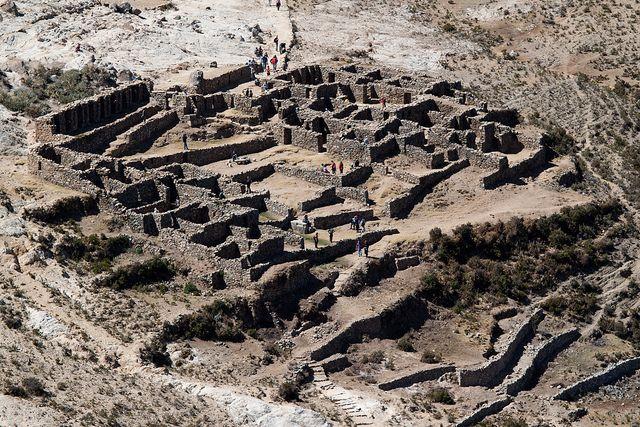 Isla del Sol es una isla rocosa y montañosa situada en la parte sur del lago Titicaca. Según la religión inca, fue la primera tierra que apareció después de que las aguas de un diluvio comenzaron a retroceder y el Sol salió de la isla para iluminar el cielo una vez más. Como lugar de nacimiento del dios del sol, los incas construyeron varios sitios sagrados en la isla. Entre estas ruinas incas están la Roca Sagrada y un edificio laberíntico llamado Chicana.