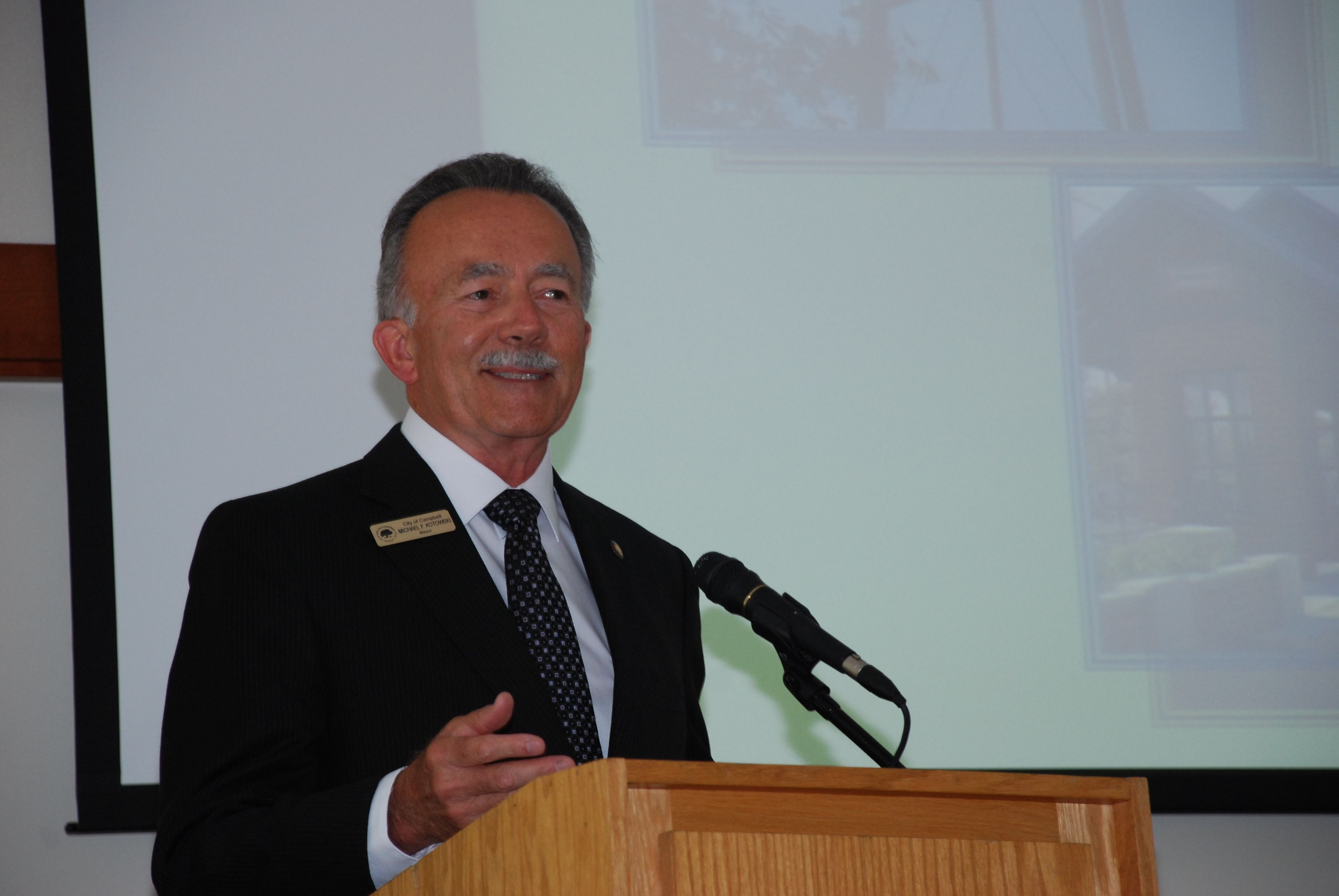 Mayor Mike Kotowski speaking at a Campbell Chamber of