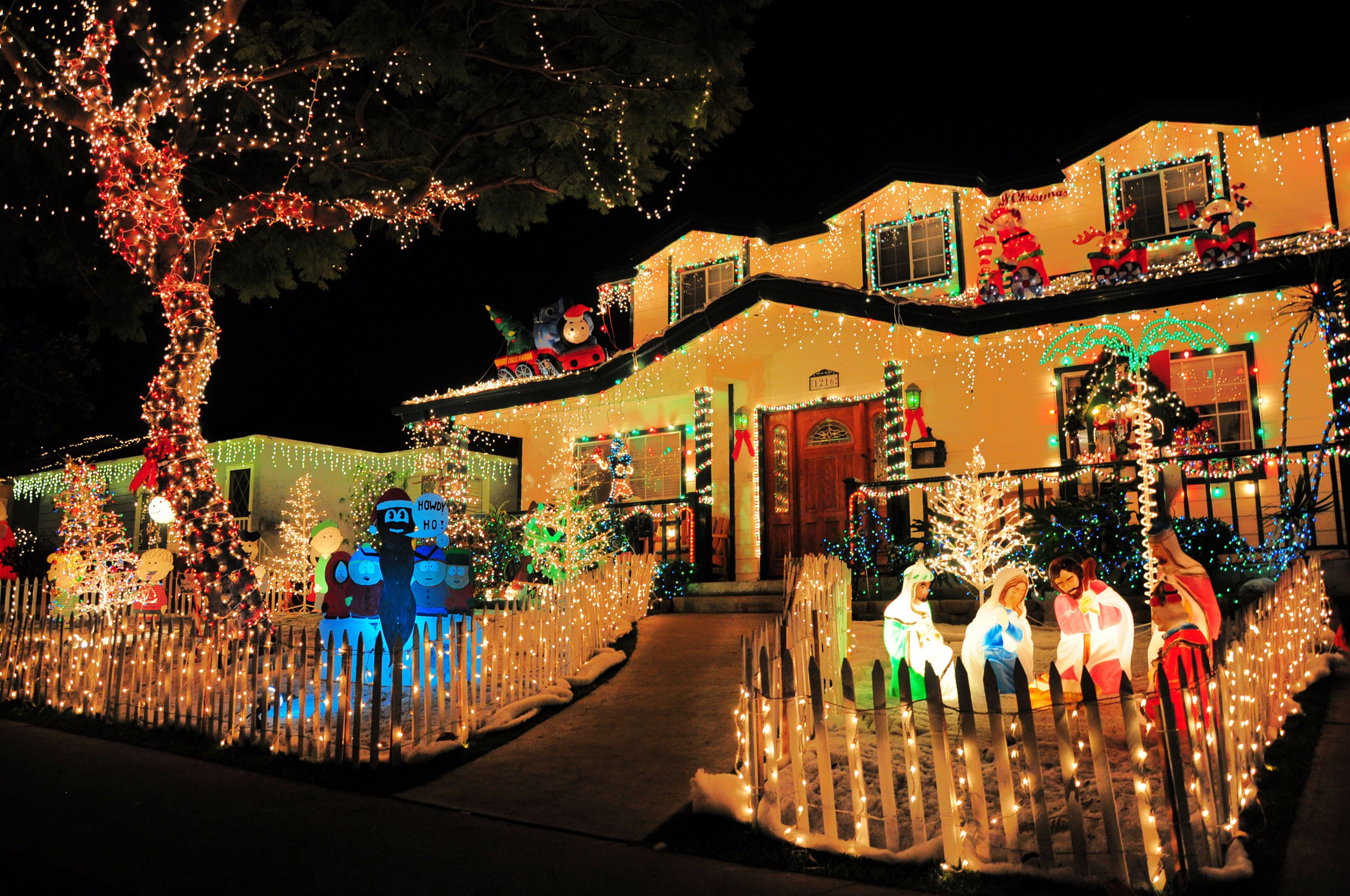 Best Christmas Light Displays And Home Holiday Decorations Around Los Angeles Mommy Poppins Things To Do With Kids Best Christmas Lights Christmas Lights Outdoor Christmas Light Displays