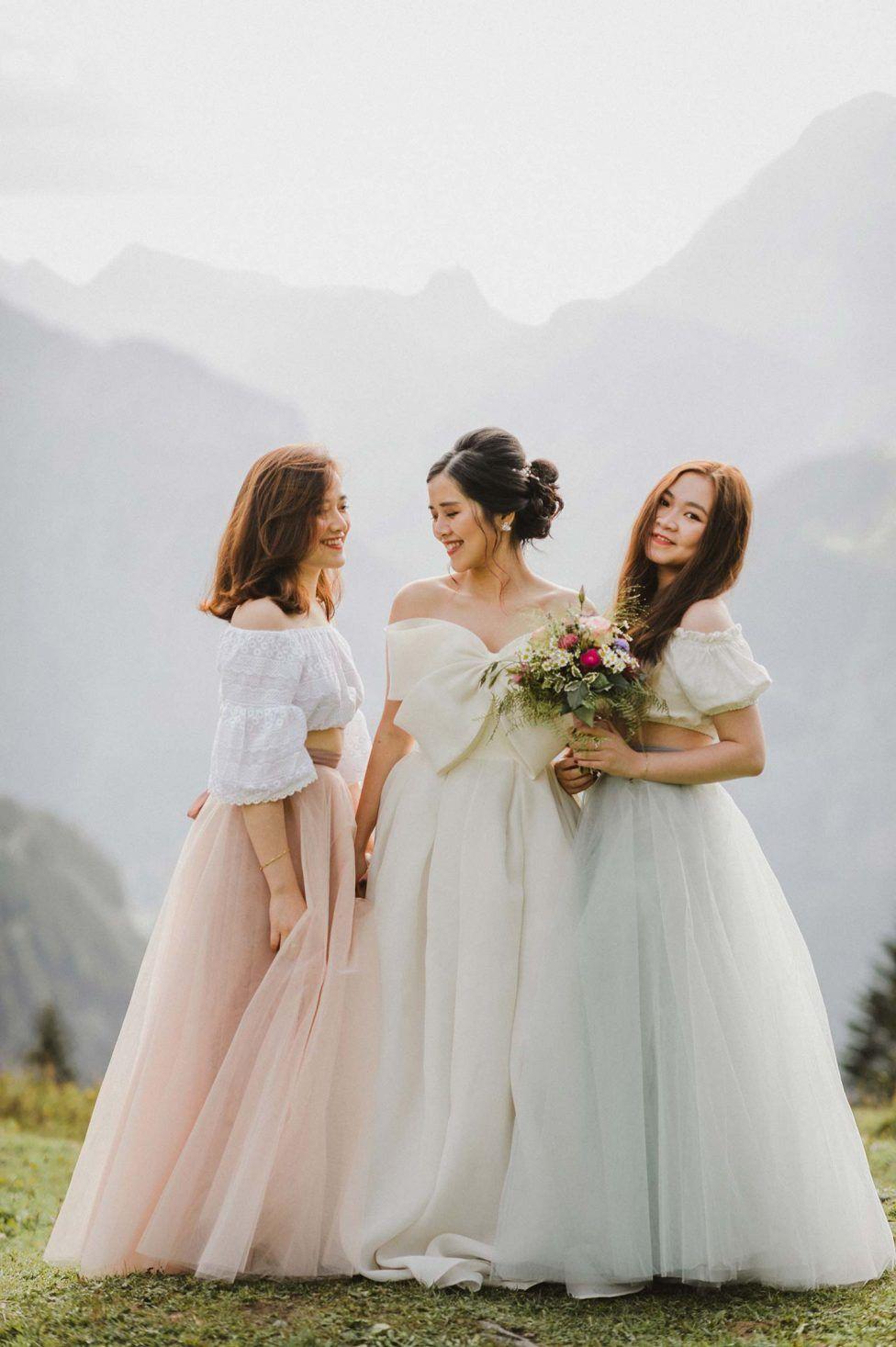 Chi Sam Romantische Sommerhochzeit Am Blausee Fotografie Caroline Dyer Smith Blumenmadchen Kleid Sommerhochzeit Hochzeit