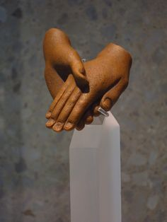 All that remains from a statue of Akhenaten and Nefertiti is their clasped hands, New Kingdom, 18. dynasty 1350 B.C. Armana, Egypt. Cou...