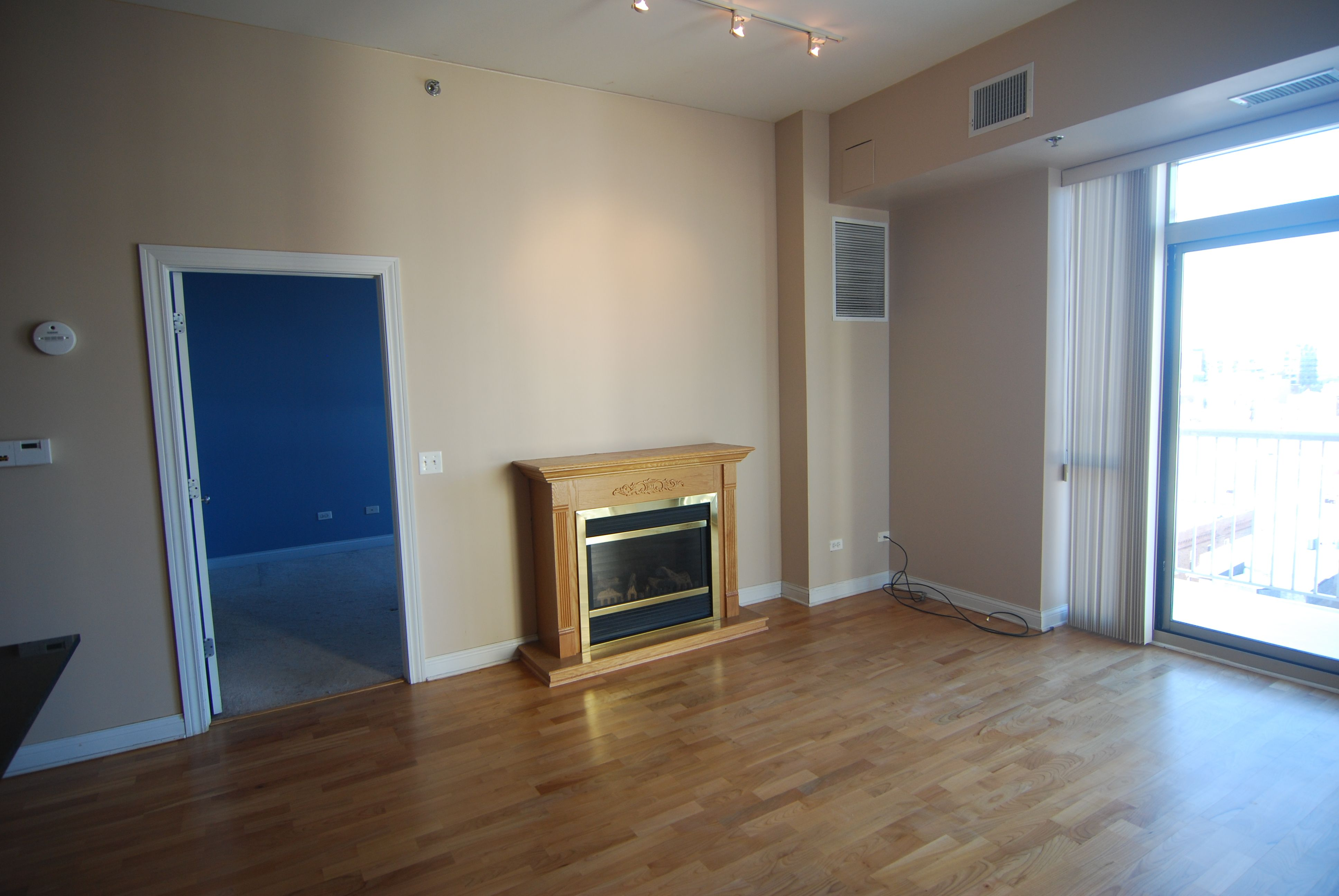 Beautiful 1 Bedroom Apartment In Old Town Unit Features In Unit Laundry Central Heat And Air Hardwood 1 Bedroom Apartment Bedroom Apartment Cool Apartments