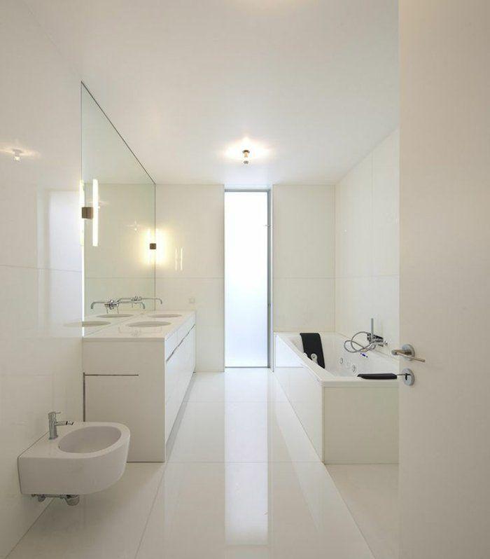 comiche eclairage indirect pour la salle de bain blanche