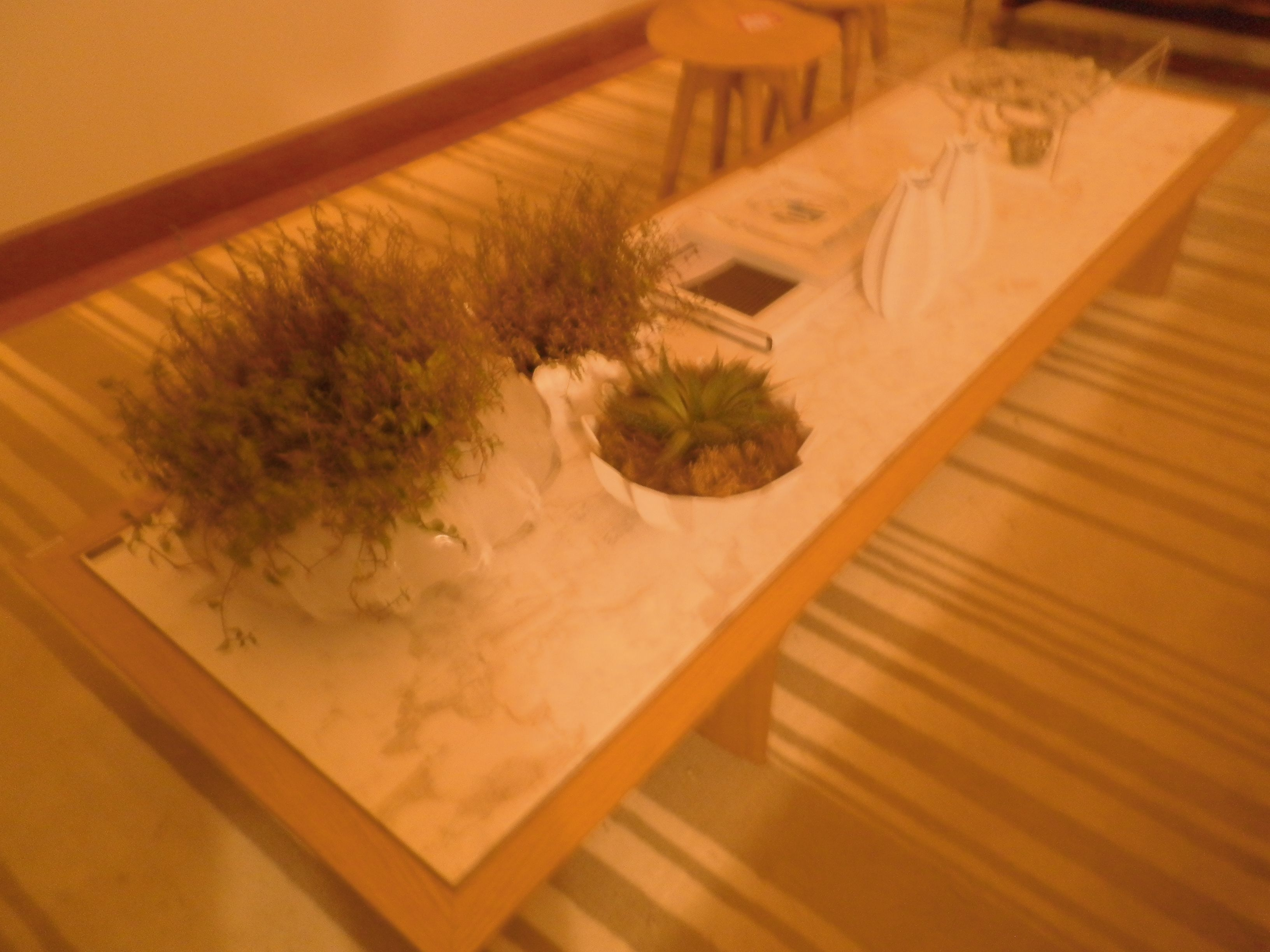 Home Theater. Arquitetos Gabriel Magalhães e Luiz Cláudio Souza. A mesa de centro Bizet Stone, de Jader Almeida, possui tampo em mármore branco Sunny White. No chão, um imenso tapete geométrico da Belluchi.