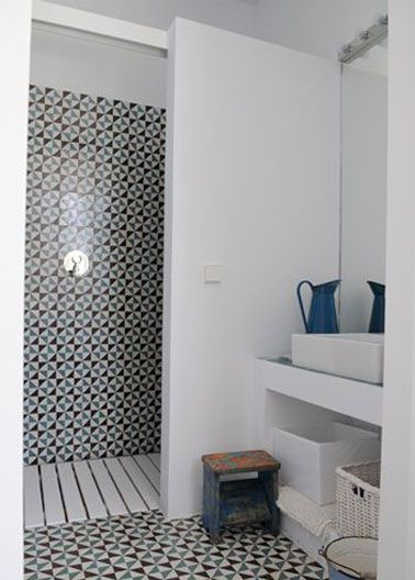 une petite salle de bain d co avec douche italienne bath. Black Bedroom Furniture Sets. Home Design Ideas
