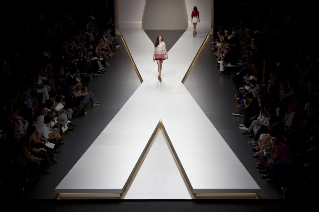 Runway Set Design Google Search Catwalk Design Fashion Runway Show Stage Set Design