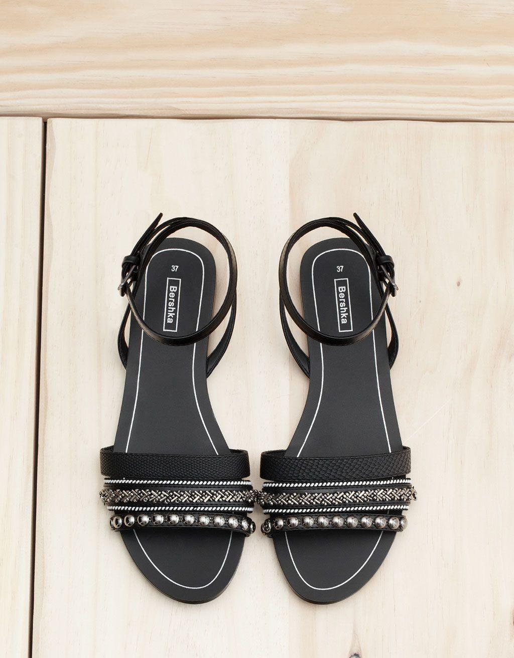 sandales noires plates avec perles - bershka | rock'n'roll