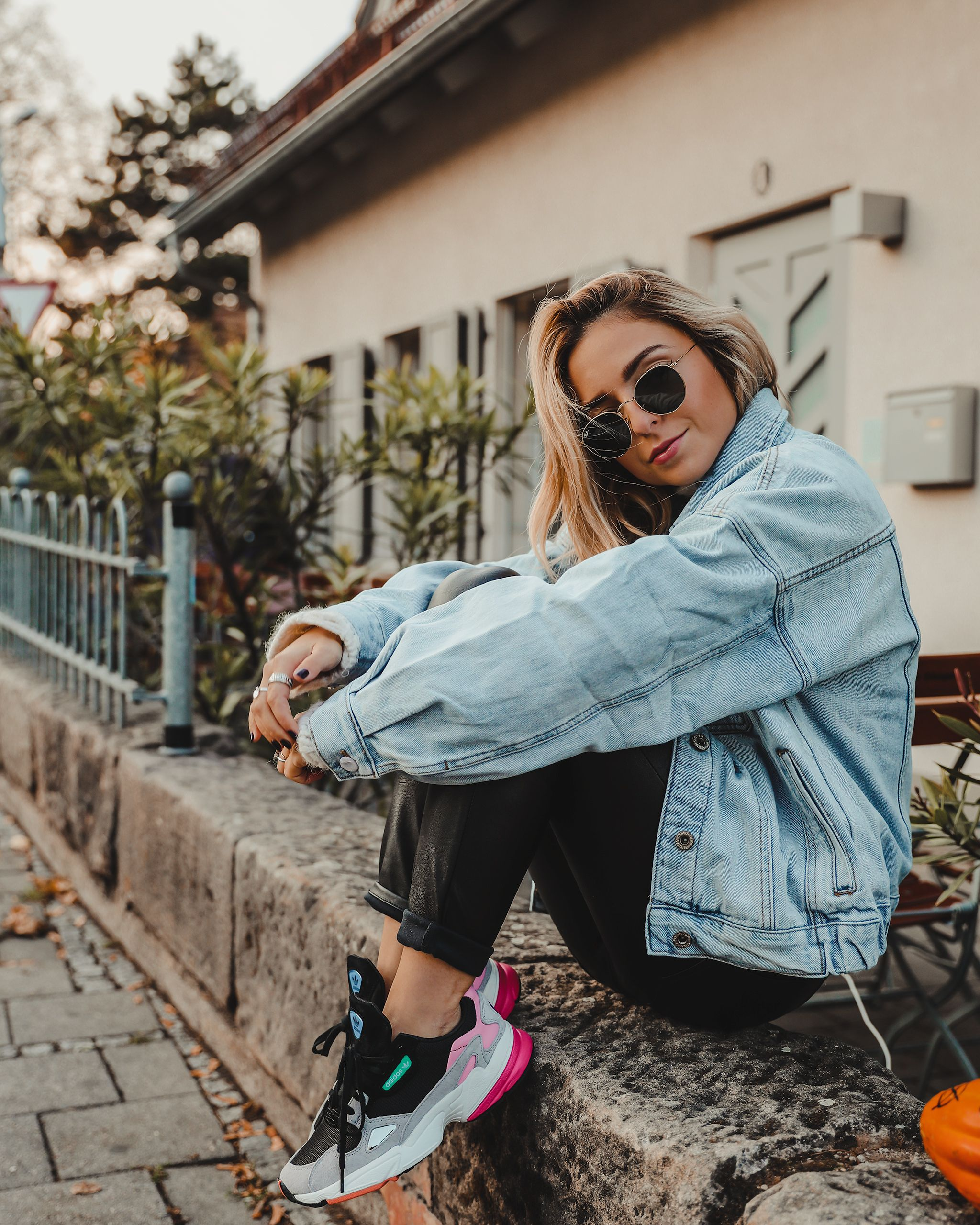 Adidas Falcon Sneakers Outfit, Oversized Look, Denim Jacket ...