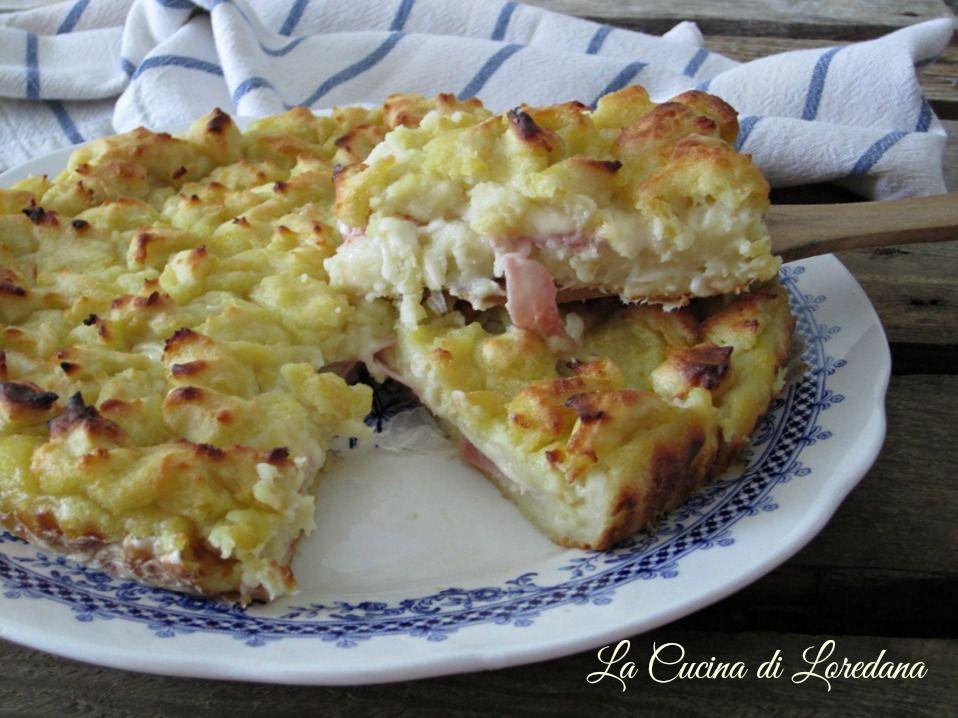 Una ricetta semplice che conquista tutti a tavola: la Sbriciolata di patate con un goloso ripieno di prosciutto e scamorza filante