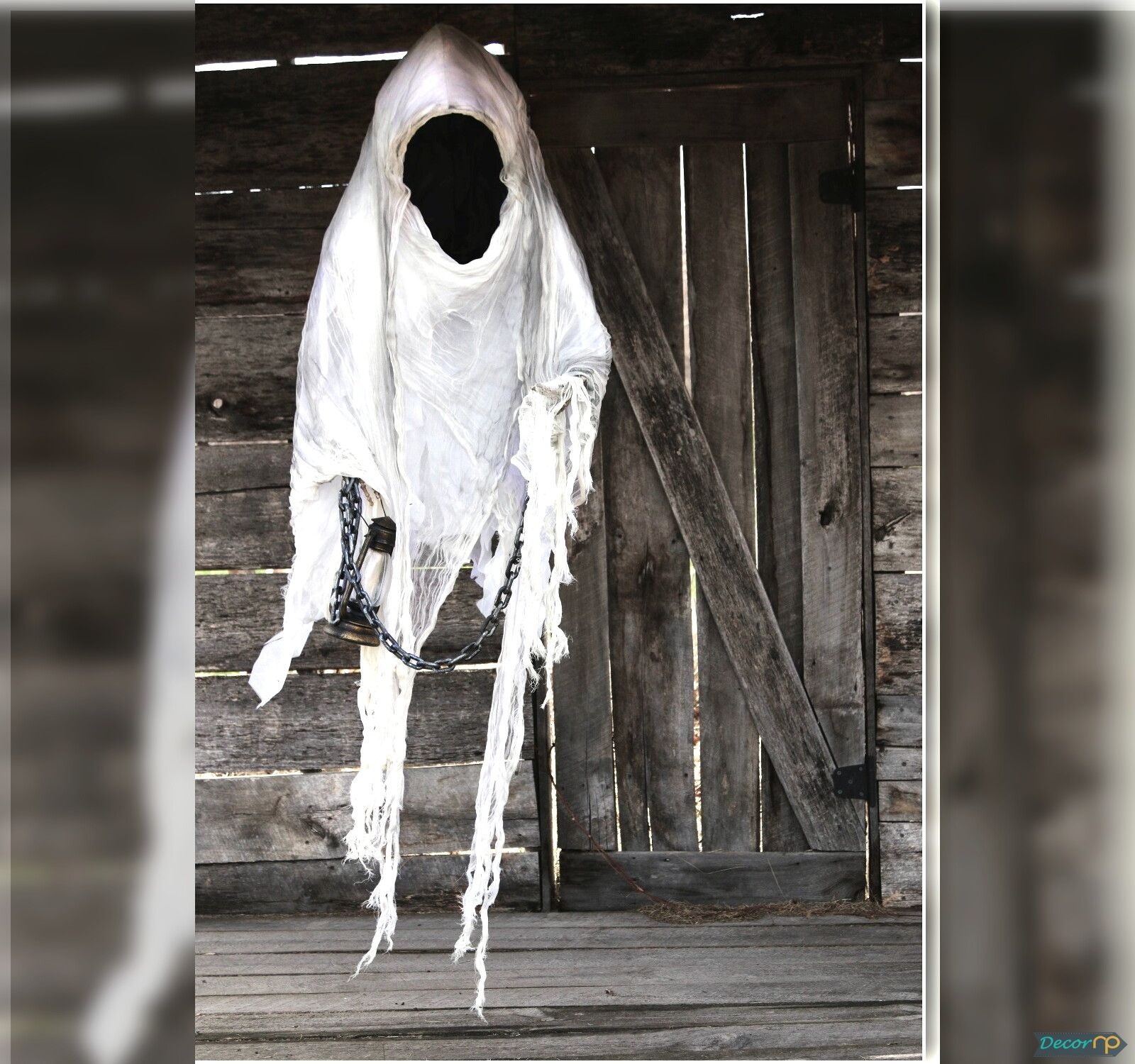 Scary Halloween Decoration at Spooky Hollywood Celebrity House - scary halloween decor