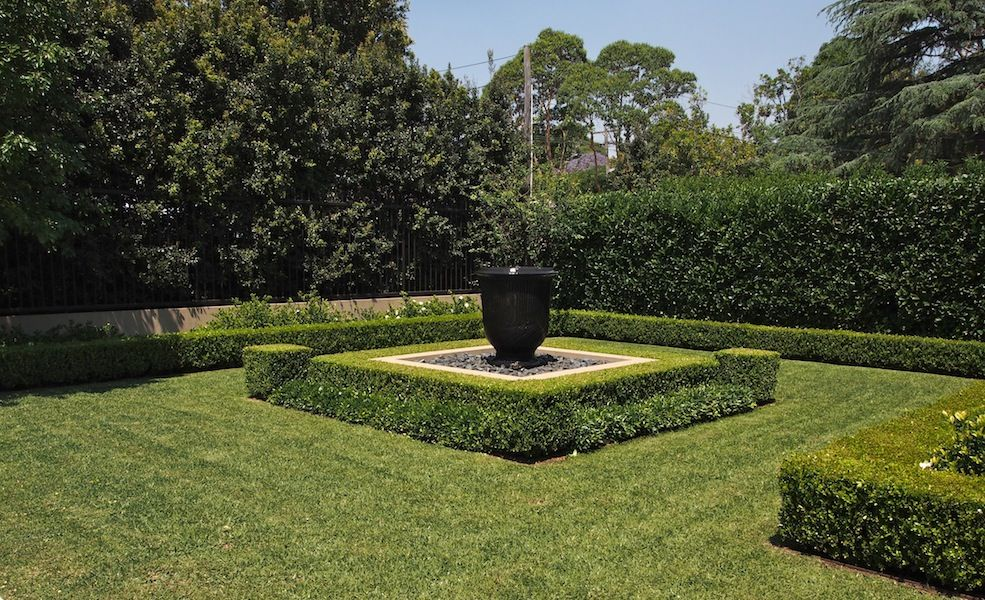 The front garden design paul bangay killara garden for Formal front garden ideas