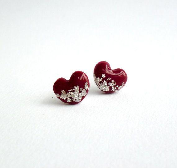 Burgundy red heart studs Delicate hypoallergic by DivineDecadance, $15.00 korvakorut korvikset viinin punainen punaiset hopea sydän