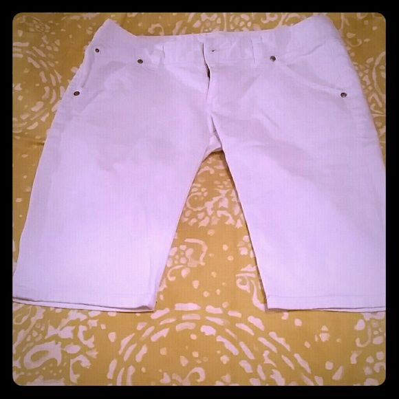 Express white Bermuda shorts These shorts are in excellent condition and go cute with so many things! Looks great paired with a bright colored shirt or layered with a denim jacket when it starts cooling off! Express Jeans