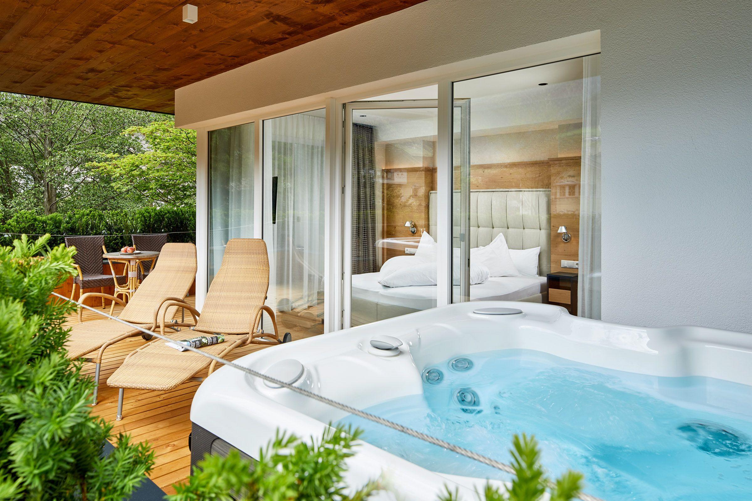 Der Whirlpool Auf Dem Grossen Westbalkon Der Neuen Auszeit Suite Mit Bildern Hotel Mit Whirlpool Zimmer Doppelzimmer
