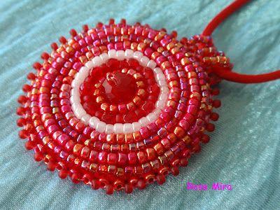 Con perlas y a lo loco...: Colgante bordado rojo