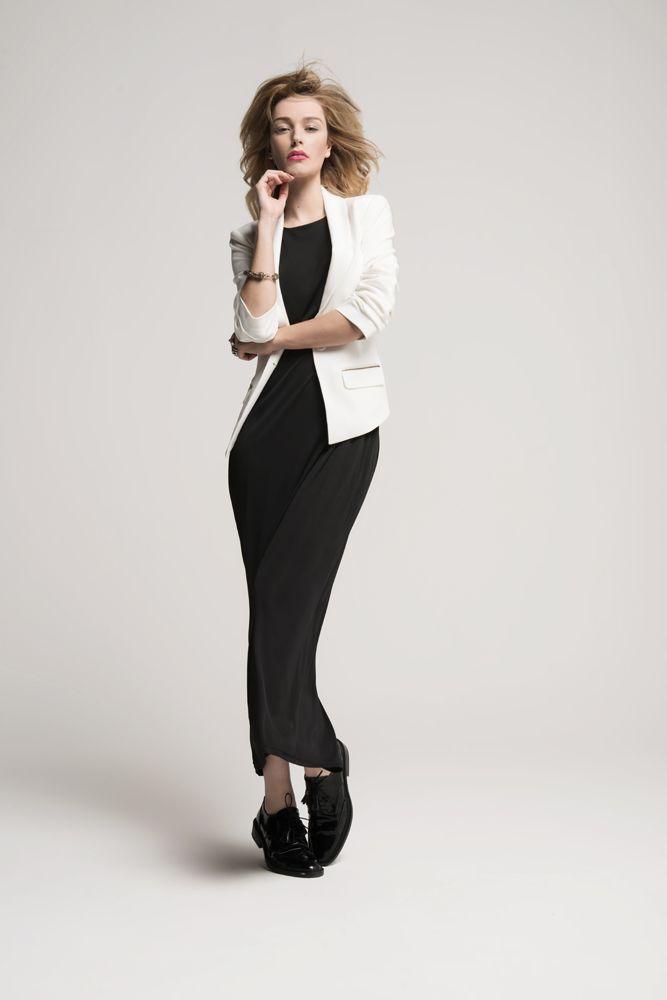 d2667f51b1efd Le must have Elora. Coupe droite ajustée, la longue robe noire ...