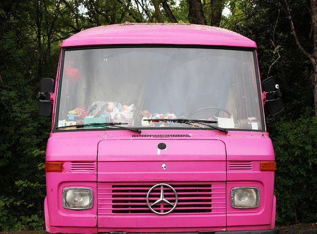 camion rose vroum a roule a vole a glisse mercedes benz cars en camper. Black Bedroom Furniture Sets. Home Design Ideas