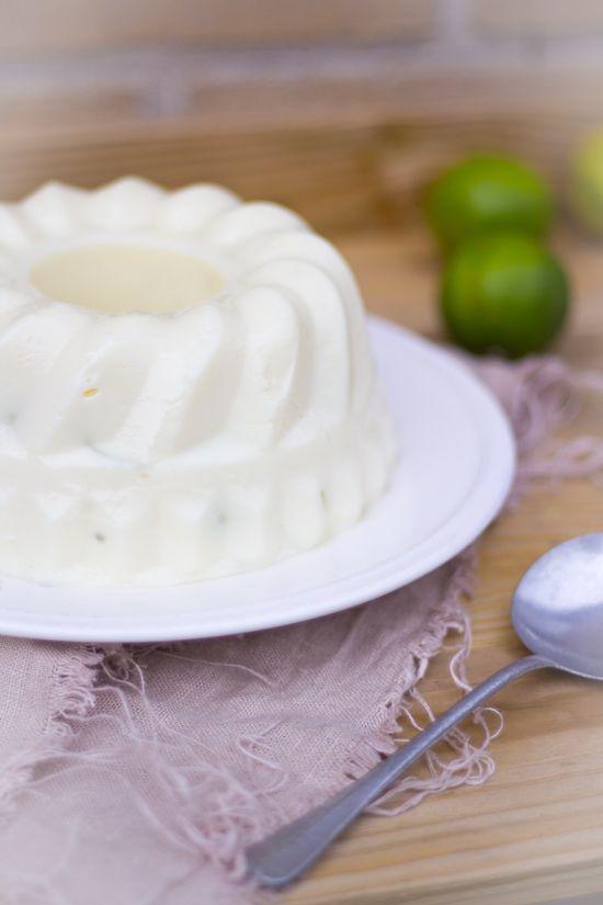 Braziliaanse kokos limoen pudding. Een zoet nagerecht met kokosmelk, gecondenseerde melk, melk, kokosrasp, limoen zest (schil) en maizena.