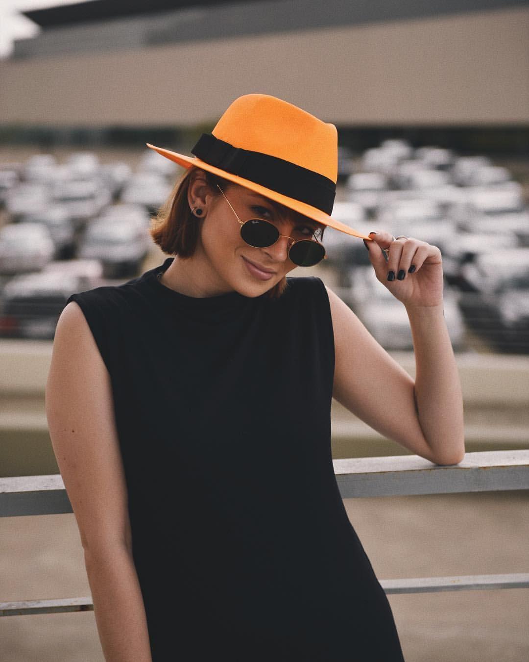 f59faadece934 Insta  vanduarte Tendência neon usada no chapéu fedora laranja e vestido  preto. Como usar chapéu neon! Veja na foto