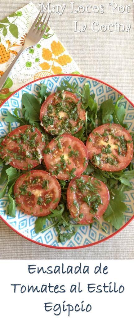 Ensalada de Tomates al Estilo Egipcio: Tomates marinados en una mezcla de especias y hierbas aromáticas que intensifican su sabor y dan el toque exótico de la cocina árabe.