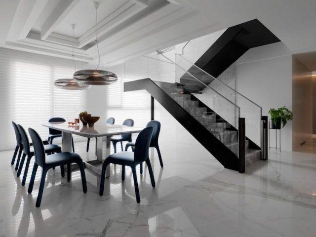 Carrelage marbre blanc,déco en marbre noir et accents bleus Pinterest