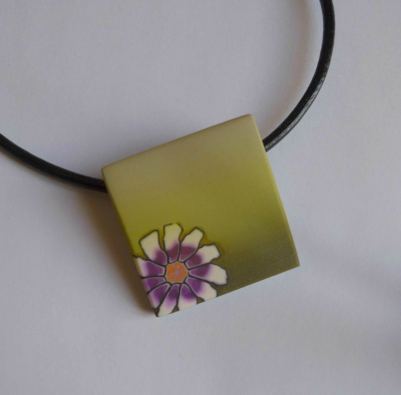 P1040617 pendentif detail carre fleur mauve skinner vert