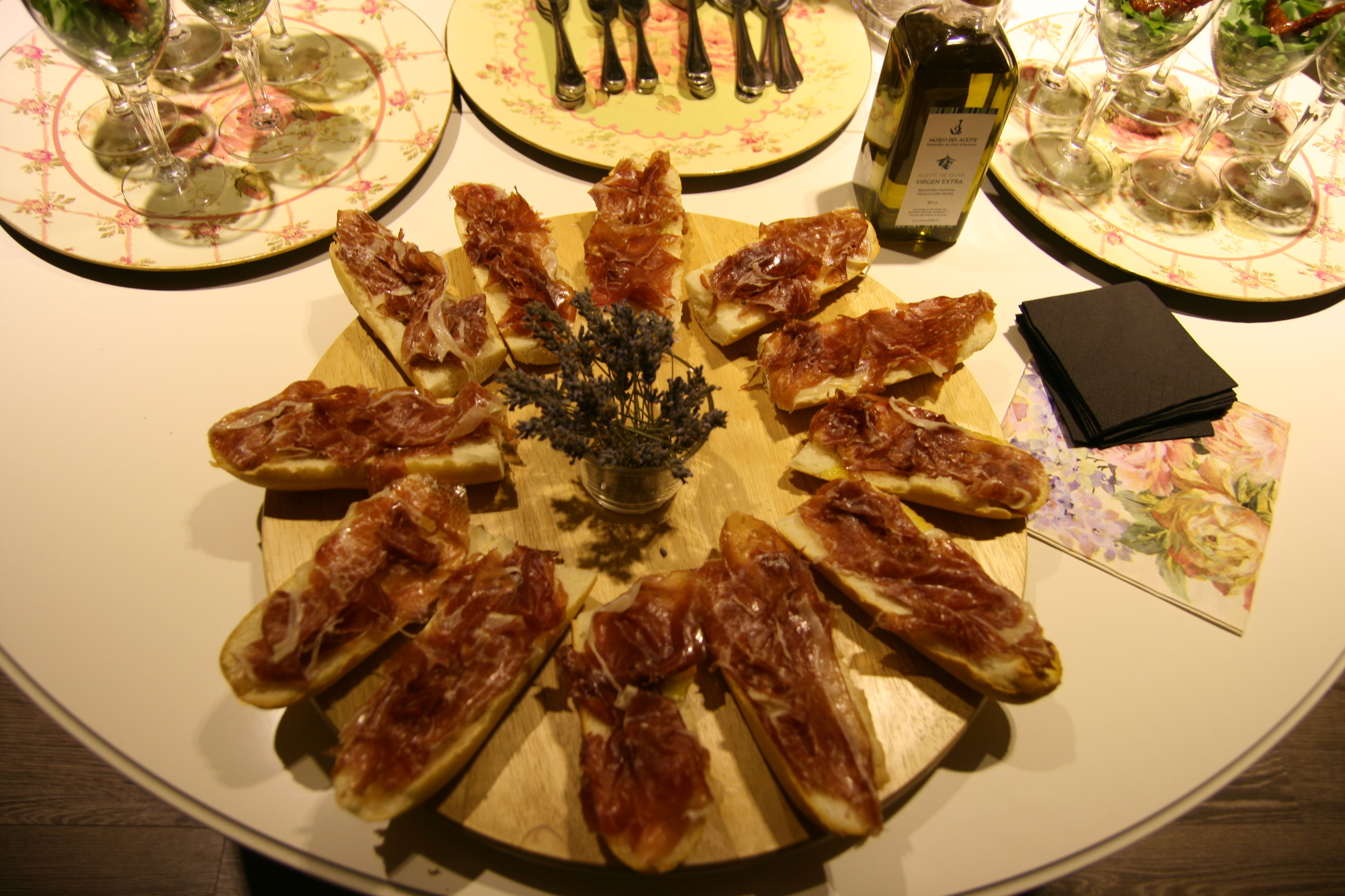 Canapés de jamón ibérico con aceite de albahaca