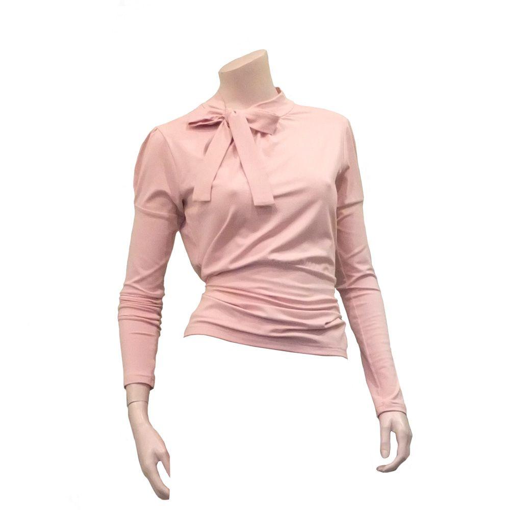Quila in zacht bleekroze. Lentekriebels? Prachtig shirt met strik in serene pastels. Ook mogelijk met korte mouw € 99,50; via www.radijsje.nl