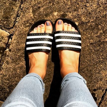 Keep your Summer look simple in the Adidas Adilette black and white sandals @becciserjeant