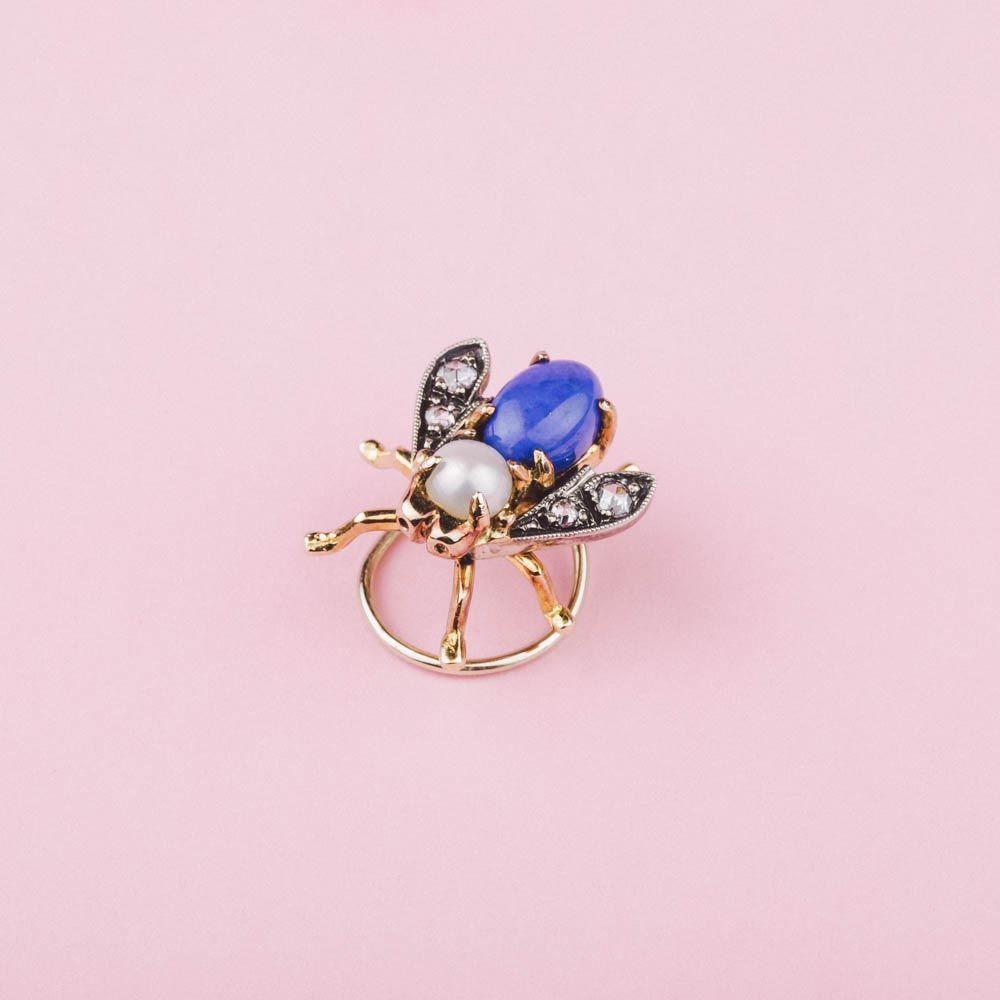 Bees Orecchini Oro con Api in Diamanti Perle e Lapislazzuli   Mossa #spilla #Bee #lapislazzuli #brooch #LapisLazuli #jewellery #luxury #madeinitaly #excellence #earrings #Mossa #fashion #style #shopping #inArchivio #ArchivioStore