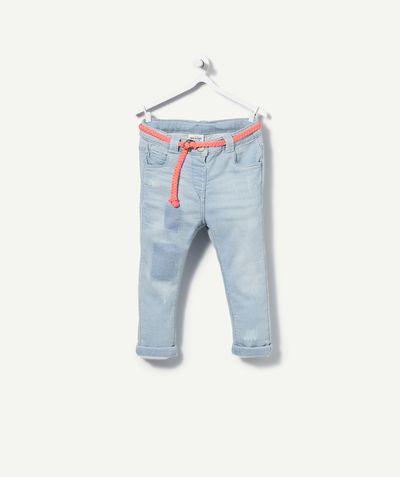 LE SLIM AVEC CEINTURE COLOREE :                     Un joli pantalon en jean à porter tous les jours de l'été !            LE SLIM, pantalon coupe slim, taille ajustable, ceinture incluse, poches, effet patché dépatché.
