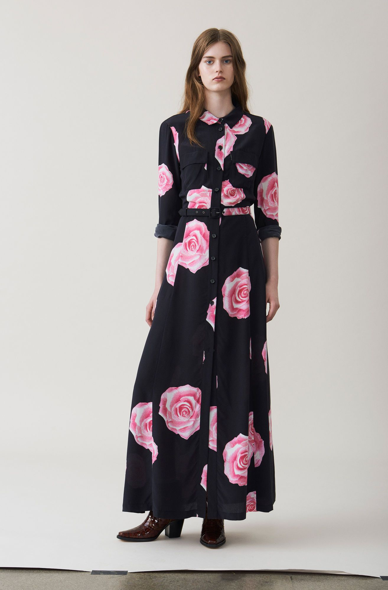 4d3218ee Big pleated maxi dress with collar, a matching waist belt and button  placket finished with large front pockets and rounded hems.