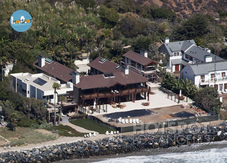 Ever wanted to live like James Bond? Pierce Brosnan and his wife Keely Shaye Smith have put up their Malibu home for a whooping $250,000 a month rent on the market! Pierce will have a busy filming schedule during the summer, so the couple reportedly decided to rent out their home in July 2012 and August 2012. The house is of Thai/Balinese architecture with walls of glass and has 13,000 sq. ft. of living space. There are four bedrooms and 12 full baths. | losangeles.hotspotphotos.com