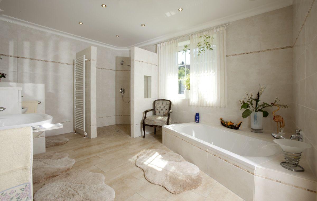 Badezimmer Ebenerdige Dusche U0026 Badewanne Eingelassen   Einrichtung Ideen  Bungalow Baumeister Haus Dittmer   HausbauDirekt