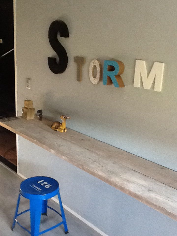 Bar Plank Aan Muur.Super Easy Kids Desk Idea Imagine Some Gold Sprayed Brackets