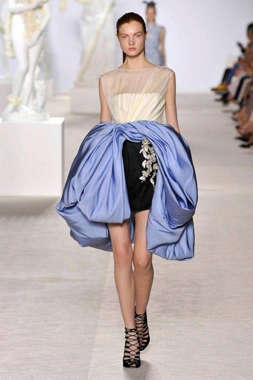 elegante vestido de gala corto en colores blanco, negro y azul
