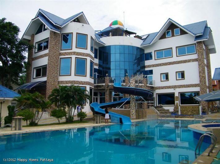 Huhhuh! 800 neliön palatsi omalla uima-altaalla ja liukumäellä! #thaimaa #unelmatalot